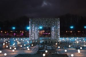 Gorki Park Moskau: Licht und Kunst, im Hintergrund ein Teil der Eisfläche