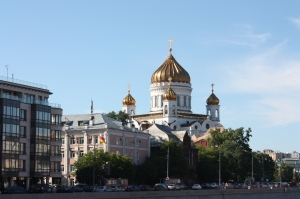 Verkehrsstau in Moskau: nicht nur zur Rush Hour, im Hintergrund die Christ-Erlöser-Kathedrale