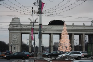 Es ist immer reger Verkehr und viel los in Moskau: hier im Bild der Eingang zum Gorki Park an der Ulitza Krymskiy Val