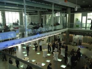 Das Foyer des Hypercubes in Skolkovo: Dialoge, Netzwerken und Austausch beim Future Dialogue 2013