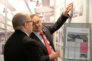 Ing. Franz Reisenhofer (r. im Bild) zeigt Christoph Pfeifer von der WKO Moskau die Besonderheiten des Deckenstrahlplatten-Systems der Krobath KGT auf.
